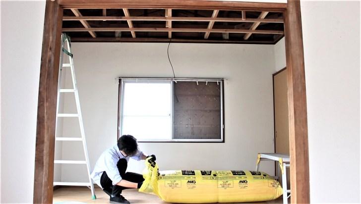 DIYで天井を貼る前に断熱材を入れる