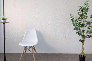 手で塗れる「MORUMORU(モルモル)」を使って漆喰風に仕上げた壁