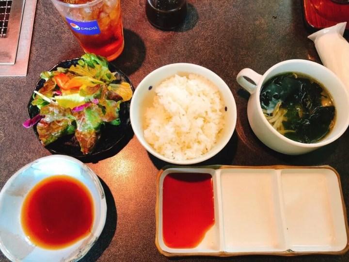 サラダとご飯とスープやタレ