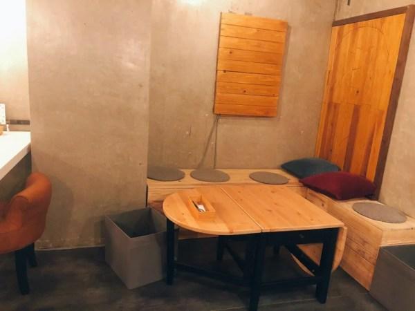 住吉の地下にあるカフェ『cafe&bar MALGOT』のテーブル席