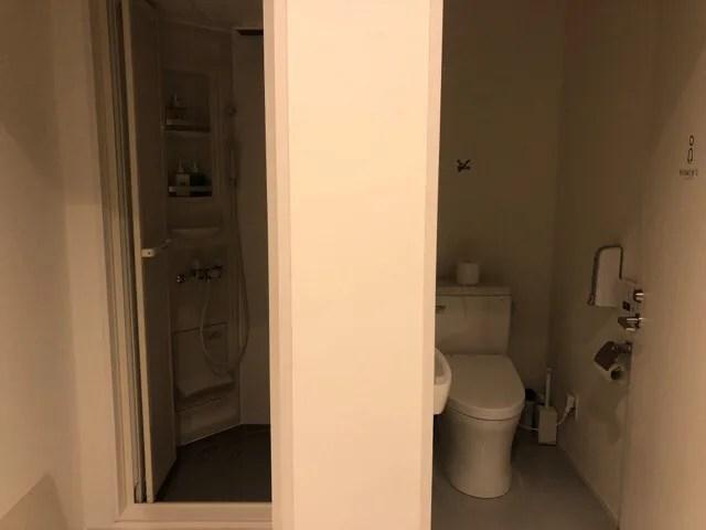 HafH Nagasaki -SAIのコワーキングスペースのシャワー室やトイレ