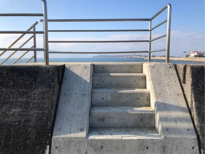 森園公園の横にガラスの砂浜への階段があります