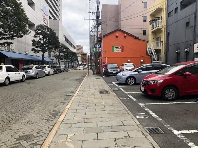 マンマのピッツァ横には有料の駐車場がある