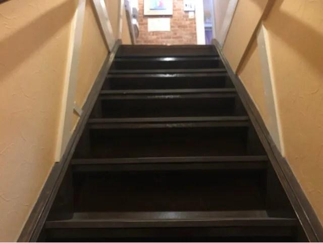 マンマのピッツァの階段は結構急なので注意