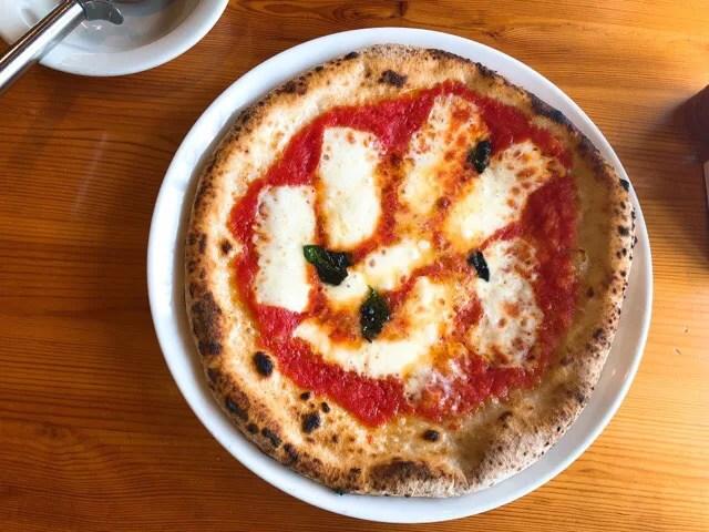 マンマのピッツァのマルゲリータが結構大きい
