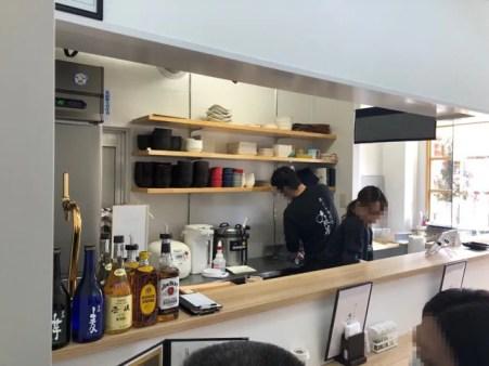 住吉の牛たん専門店 大阪屋のカウンターからは厨房が見える