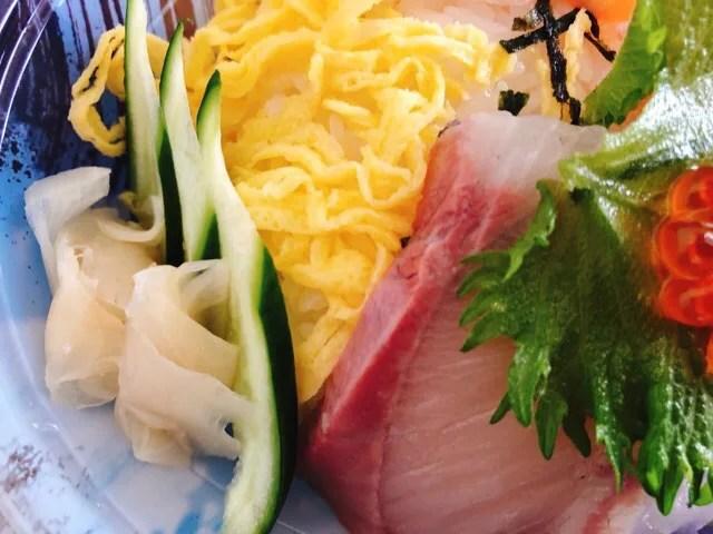長崎三ツ星フィッシュの海鮮丼の盛り合わせにはキュウリやガリものっている