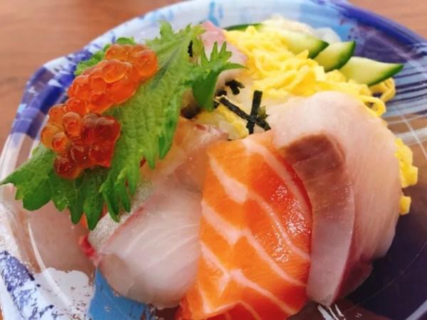 長崎三ツ星フィッシュの海鮮丼の盛り合わせは様々なお刺身がのっている