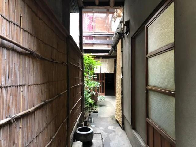 長崎の蕎家の路地は意外と長い