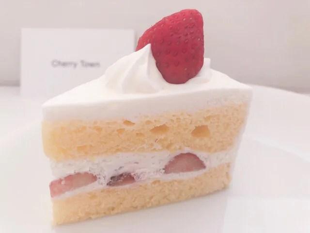Chery Townのケーキを食べる