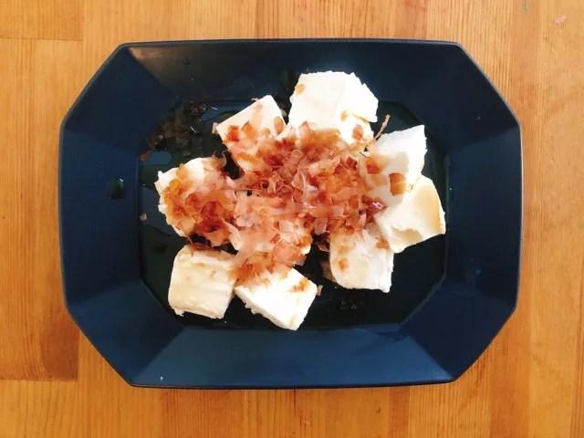 さとふるの返礼品「波佐見焼」のプレートにチーズを乗せる