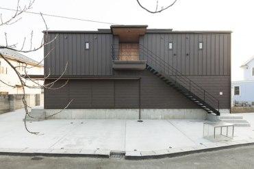 2階に直接上がれる階段と広い駐車スペース