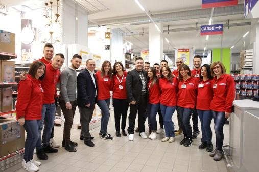 Lo staff del nuovo Pronto Hobby Brico a Rende (CS). Al centro Giuseppe Minardi