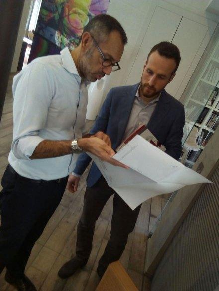 L'interior designer Andrea Castrignano con l'ing. Massimo Sella di Wienerberger