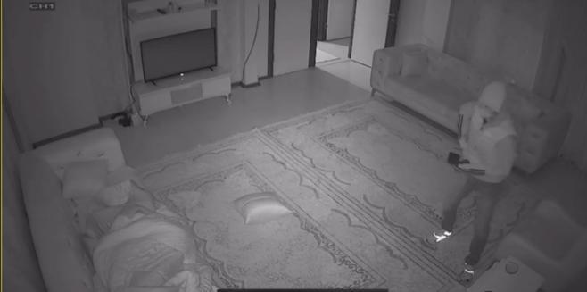 Uyuyan ev sahibini gördü, hırsızlığa devam etti