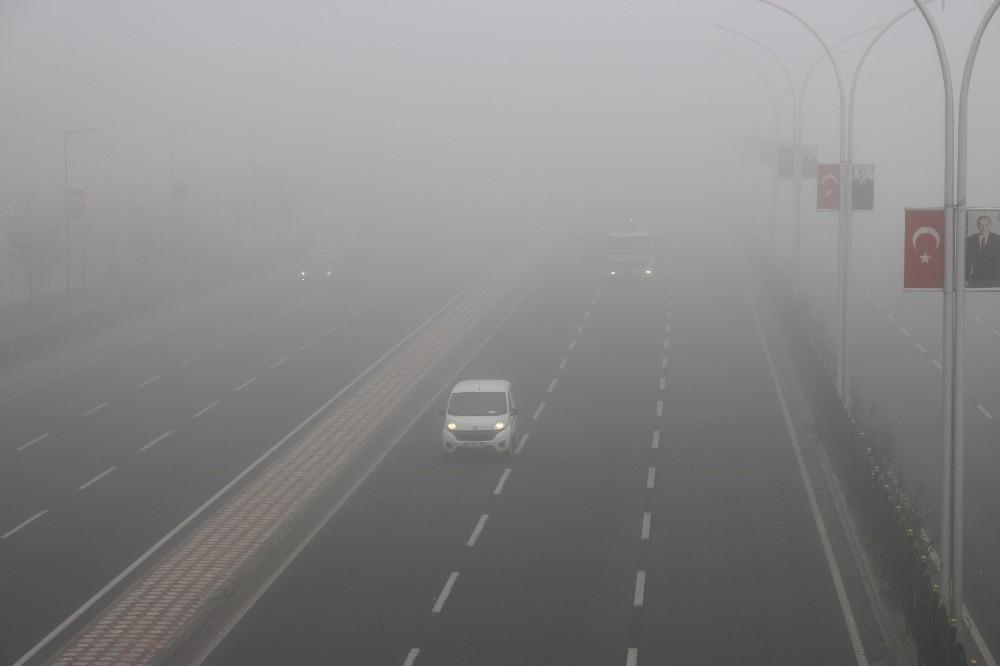 3 gündür etkili olan sis hava ve kara trafiğini felç etti