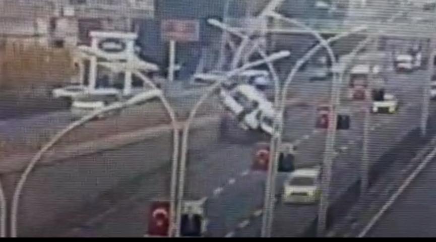 Diyarbakır'da 7 kişinin yaralandığı minibüs kazası güvenlik kameralarına yansıdı