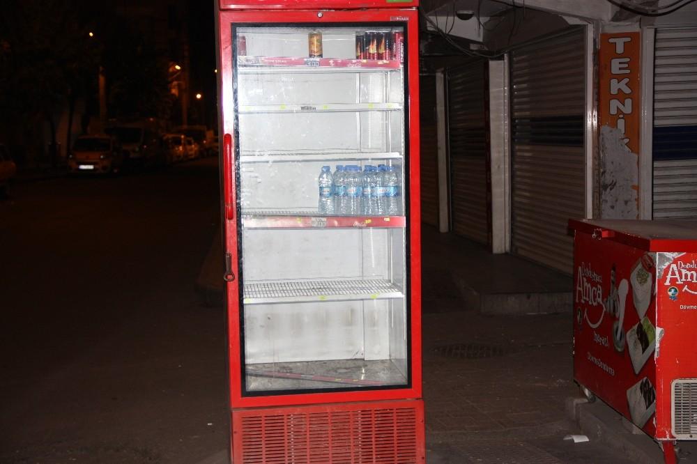 Kısıtlamayı fırsat bilen hırsızlar meşrubat dolabındaki içecekleri çaldı