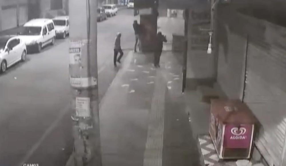 Kısıtlamayı fırsat bilen hırsızların meşrubat dolabındaki içecekleri çaldığı an kamerada