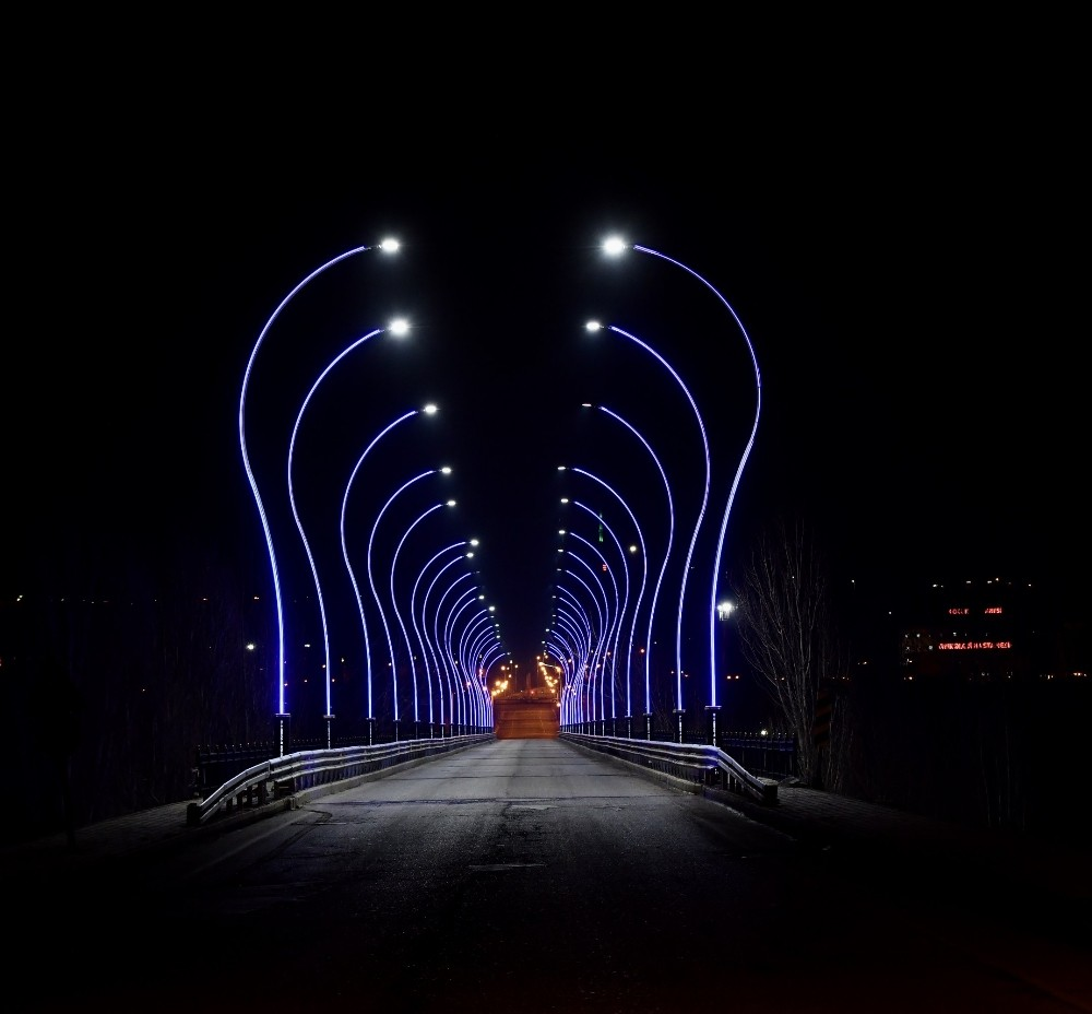 Üniversite köprüsü ışıklandırıldı