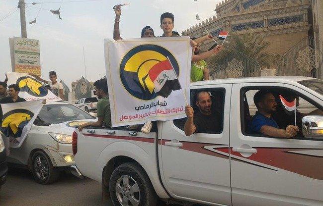 أهالي الأنبار يحتفلون بتحرير مدينة الموصل من قبضة تنظيم 'الدولة الإسلاميةʻ في 10 تموز/يوليو. [الصورة من صفحة شرطة الأنبار على فيسبوك]