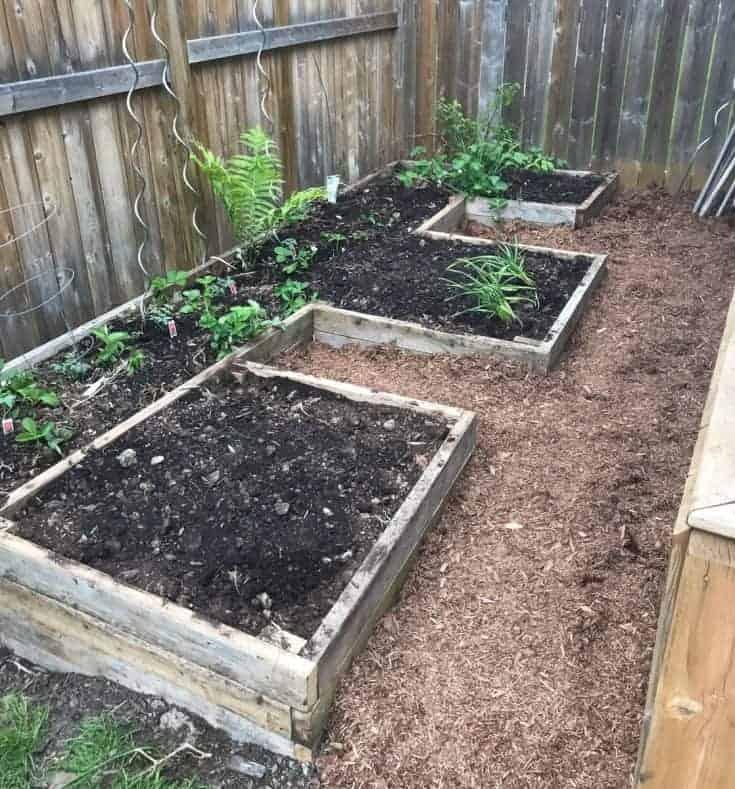 Make It Pretty Outdoors - DIY Raised Garden Bed