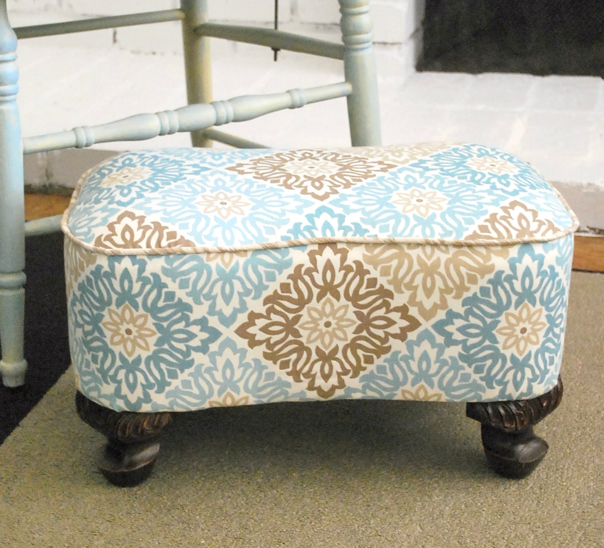 Upholstered footstool makeover with piping - by The Silly Pearl