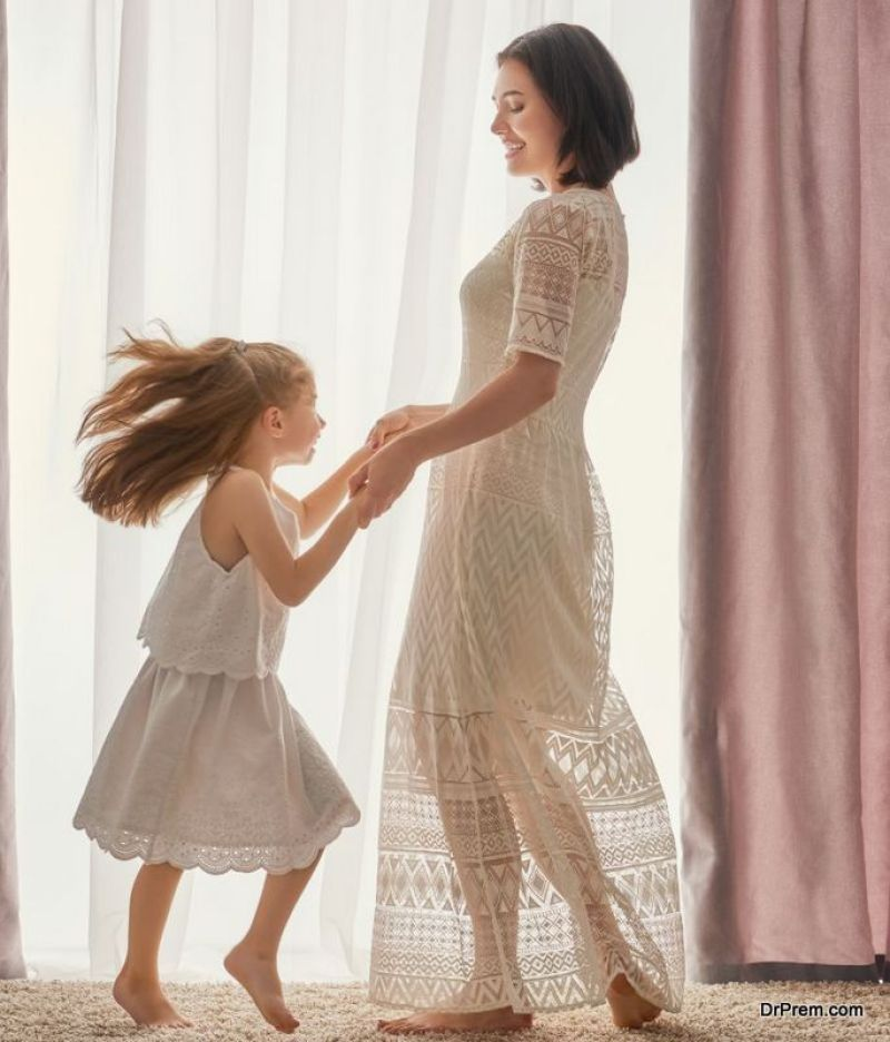 mom-dancing-with-girl