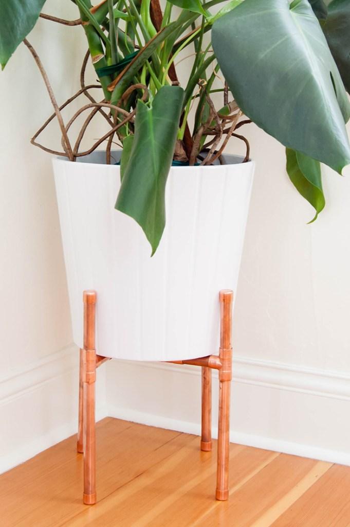 Base para vaso de plantas produzida com canos de cobre
