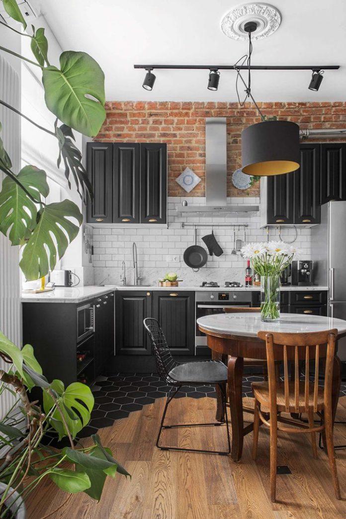 Apartamento urbano/industrial. Cozinha com armários preto e piso mesclando madeira e porcelana