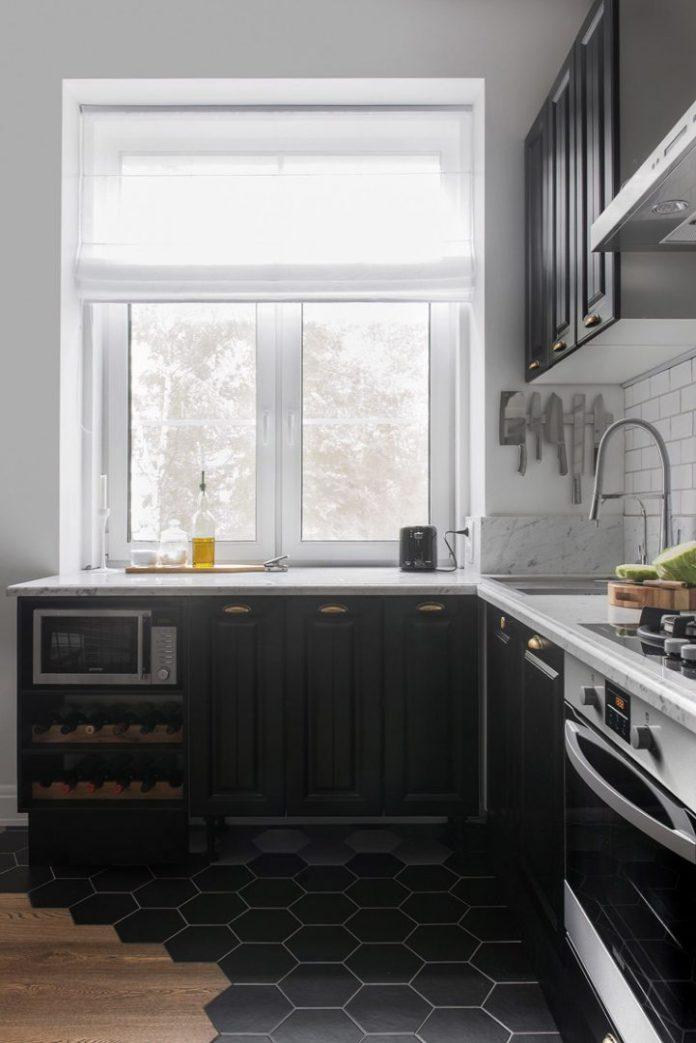Apartamento urbano/industrial com cozinha com armários preto e piso mesclando madeira e porcelana
