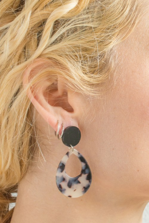 Lucite, resin, and acrylic earrings are on trend this spring, so I've got you covered with these DIY tortoiseshell statement earrings. #DIY #DIYjewelry #DIYearrings #lucite