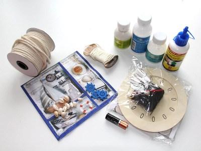 Návod na výrobu letných hodín. Čo všetko potrebujeme - servítka, hodiny, jutovina a mušle.