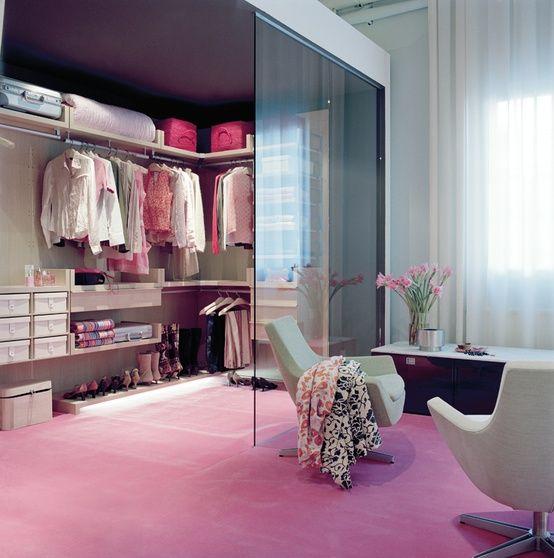 Trends Diy Decor Ideas : Un dressing moderne derrière une vitre ...