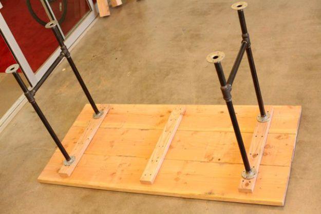 Colocando las patas en H en la parte inferior de la mesa | Tabla de la pierna de la pipa DIY | Planes de banco de trabajo y tutorial de muebles rústicos