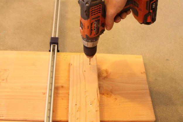 Perfore orificios guía para sus tornillos para madera en la viga de soporte | Tabla de la pierna de la pipa DIY | Planes de banco de trabajo y tutorial de muebles rústicos