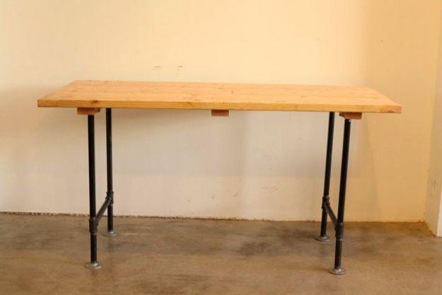 Cuatro bridas se atornillan a la mesa | Tabla de la pierna de la pipa DIY | Planes de banco de trabajo y tutorial de muebles rústicos