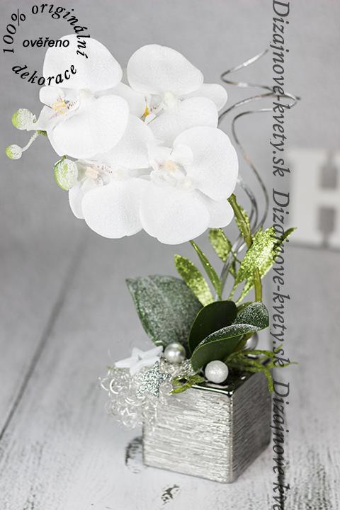 Strieborná dekoratívne aranžmán s bielou orchideí.