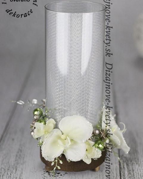 Dizajnové svetlo vo spojeni s kvetmi.
