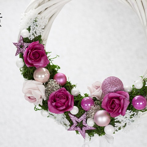 Vianočný veniec s kvetinami na zavesenie.
