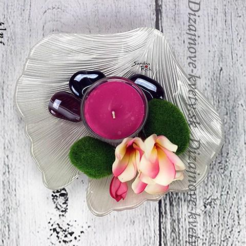 Svietnik na sklenenom tácke Sandra Rich.