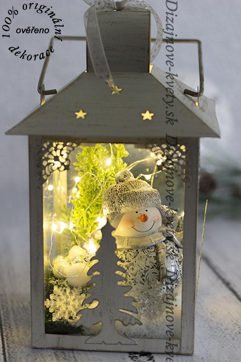 Dekoračná lampa s vianočným dizajnom.