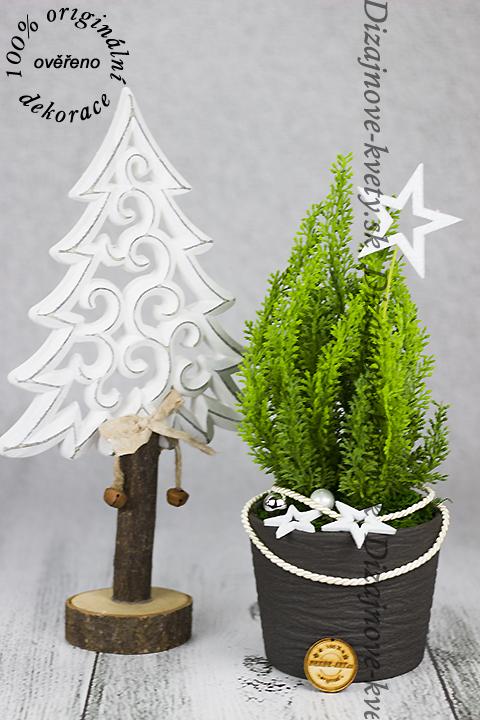 Moderný vyrezávaný vianočný stromček.
