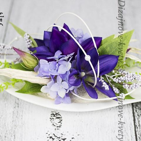 Moderný kvetinový dizajn s clematisom.