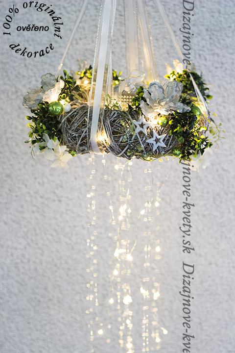 Závesná dekorácia v tvare venca pre vianočné a adventné chvíle s led osvetleným vodopádom