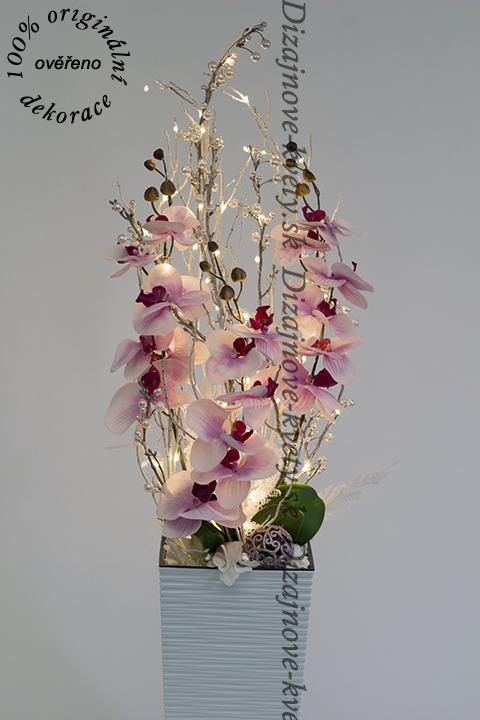 Luxusná svietiaca ozdobná vianočná dekorácie so zimnými orchideami a ľad svetlami v bielej váze
