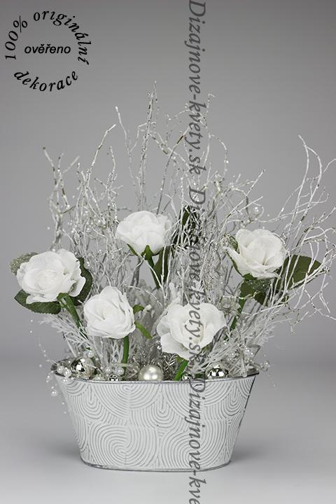 Dekorácia na stôl v luxusnej bielej farbe zimy
