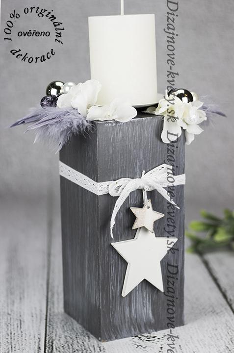 Šedý vianočný svietnik s bielou sviečkou.