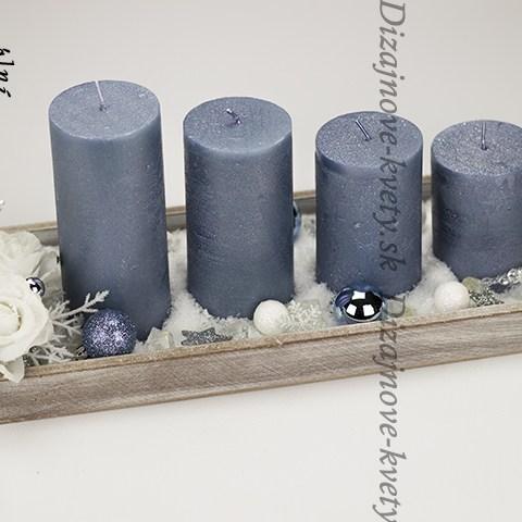 Advent s veľkými sviečkami a patinou s vianočnými svetlami a svietnikom