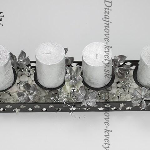 Vianočný luxusné svietnik s ľadovými kryštálmi a striebornými sviečkami